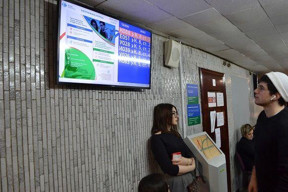 Размещение информации на табло электронной очереди в приёмной комиссии РУДН